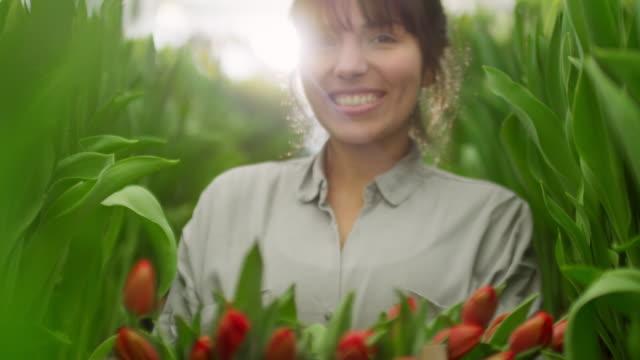 Jardinero-hembra-feliz-con-tulipanes