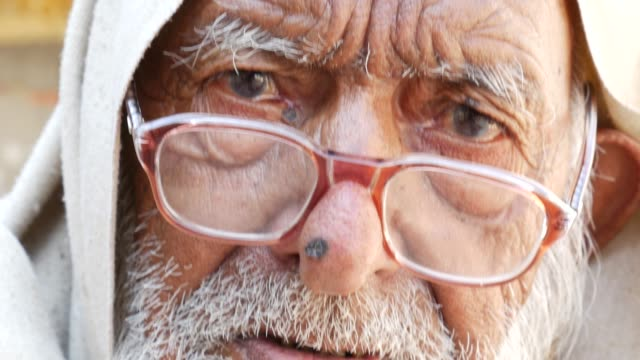 Portrait-of-a-Rajasthani-old-man-at-a-small-village-in-India