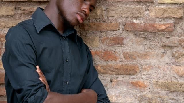 triste-solitario-americano-africano-hombre-pensativo-apoyado-en-la-pared