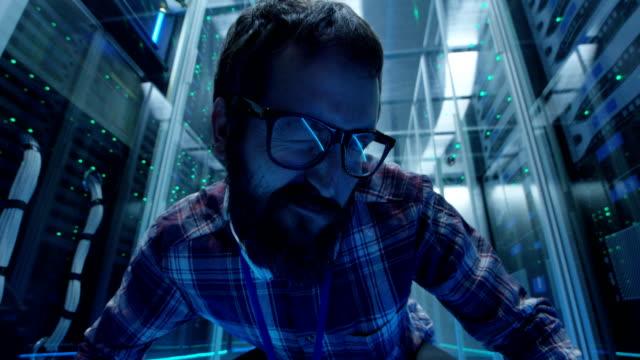 Grimassierende-IT-Techniker-im-Serverraum