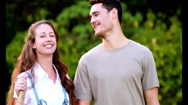 Sonriente-pareja-listo-para-jardinería