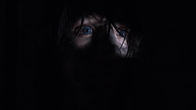 4-k-Horror-tiro-de-una-mujer-sucia-Zombie-mirando-a-través-de-un-agujero