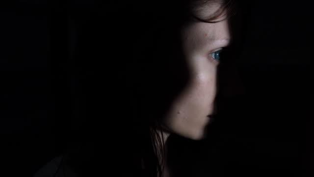 4-k-Horror-Aufnahme-einer-Zombie-Frau-auf-der-Suche-durch-ein-Loch