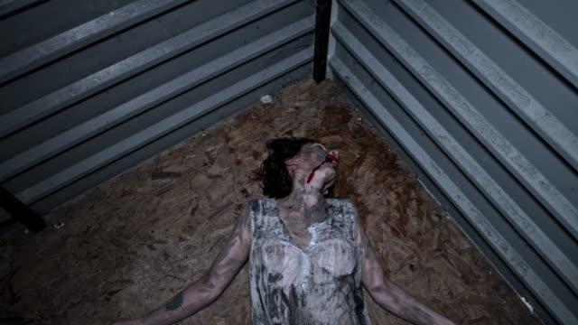 4-k-Horror-tiro-de-una-mujer-Zombie-sucio-movimiento-raro