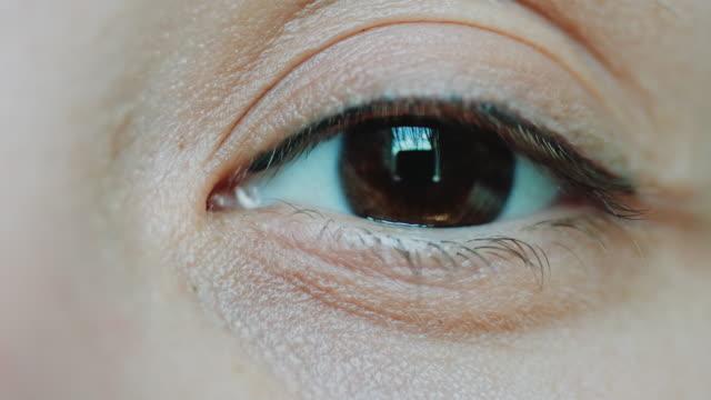 Brown-eyes-women-looking-at-the-camera