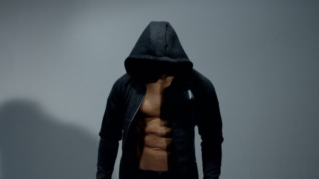 Modelo-de-fitness-con-una-sudadera-con-capucha-abierta
