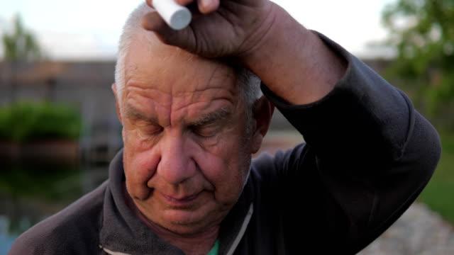 Retrato-de-un-anciano-limpiando-sus-manos-con-el-sudor-de-su-frente-