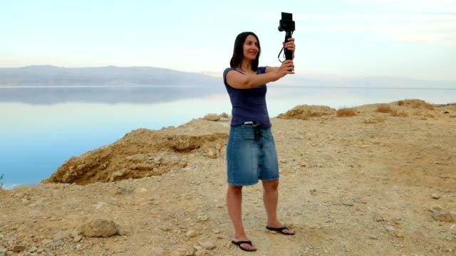 Mujer-pelo-largo-morena-toma-selfie-en-montañas