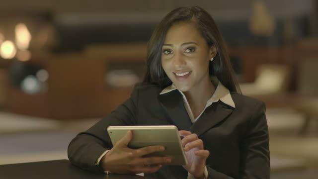 Joven-atractivo-las-mujeres-negras-con-Tablet-PC-buscando-en-la-Web-en-línea-African-American-mujer-en-traje-de-conexión-con-las-redes-sociales-Fondo-de-estilo-de-vida-urbano