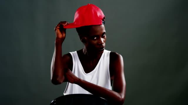 Androgyne-Mann-posiert-mit-roter-Mütze