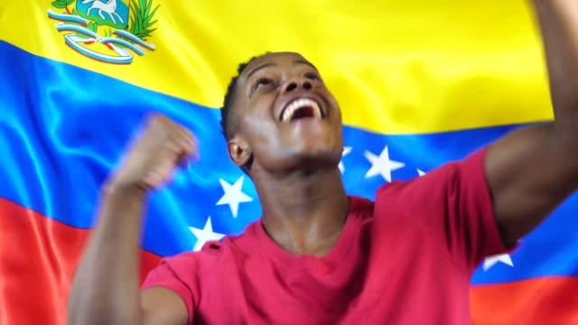 Joven-venezolano-Black-Woman-celebrando-con-la-bandera-de-Venezuela