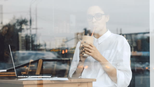 Copa-bebiendo-mujer-en-café