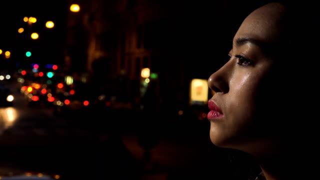 Perfil-triste-deprimido-Chino-joven-llora-ciudad-de-la-noche-en-el-fondo