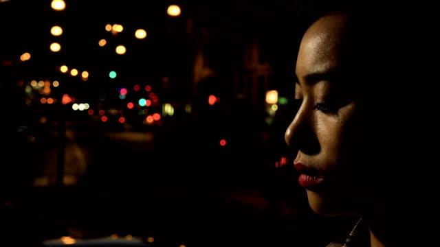 Perfil-de-triste-deprimido-linda-mujer-asiática-llora-ciudad-de-la-noche-en-el-fondo