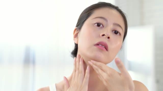 chica-aplicando-crema-cosmética