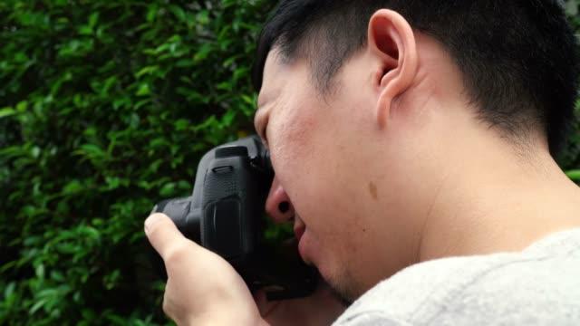 Seite-Rückansicht-des-jungen-männlichen-Fotografen-Fotografieren-in-der-Natur-Landschaft