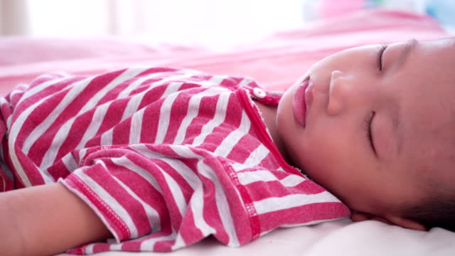 Jungen-auf-Bett-schlafen
