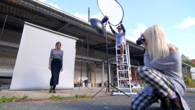 Fashion-photo-shooting-outdoors-in-friendly-and-relaxed-atmosphere