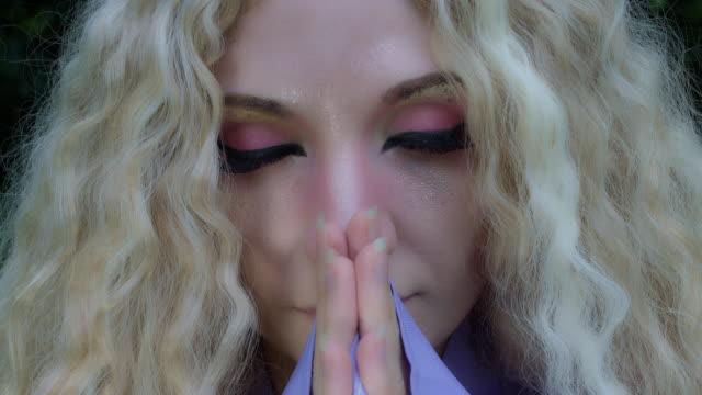 4k-Fantasy-Schuss-eine-Fee-zu-beten-Frau-Gesicht-in-Nahaufnahme
