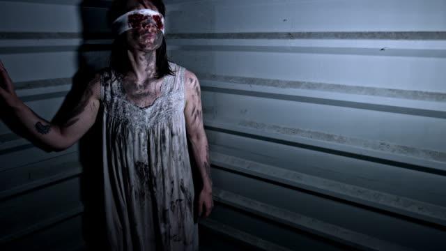 4-k-Horror-tiro-de-una-mujer-Zombie-sucios-abandonados