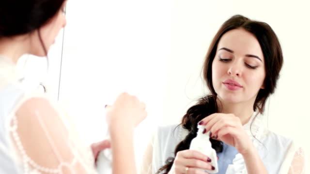 joven-quitar-el-maquillaje-con-crema-productos-para-el-cuidado-profesional-de-la-piel-cara-de-limpieza-de-limpieza