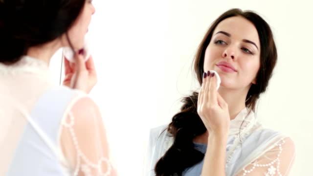 mujer-encantadora-aplicación-de-tónico-limpiador-de-piel-para-una-limpieza-profunda-y-piel-fresca-para-todo-el-día