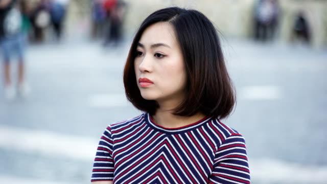 Retrato-de-mujer-China-triste-y-preocupado:-Señora-China-triste-pensativa-preocupada