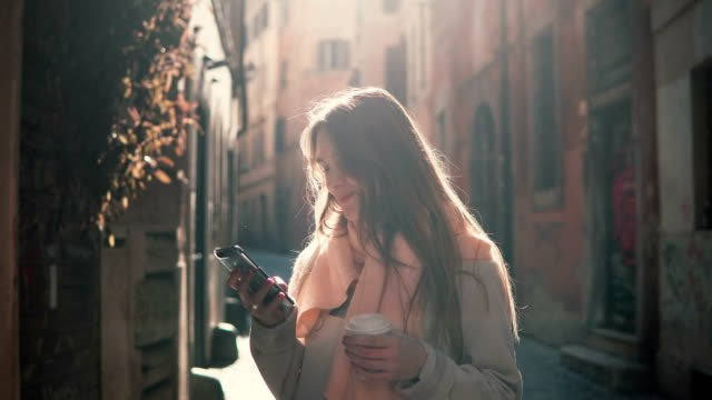 Porträt-des-jungen-glücklich-Frau-zu-Fuß-in-die-Stadt-und-mit-Smartphone-Mädchen-im-Internet-surfen-und-Kaffee-trinken