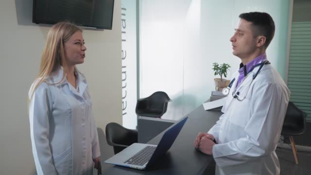 Personal-en-el-hospital-tiene-conversación