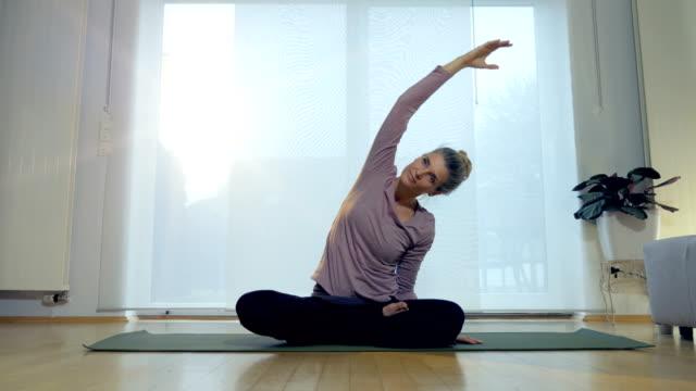Yoga-de-salón:-Estiramiento-de-brazo-Lotus