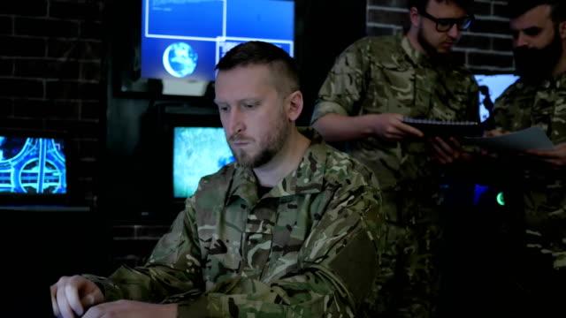 soldado-retrato-masculino-sistema-de-seguimiento-control-técnico-guerra-de-ti