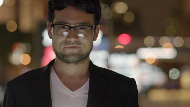 Retrato-de-hombre-con-dispositivo-Digital-portátil-moderno-en-la-ciudad-Símbolo-moderno-de-negocios-conexión-Global-mensajería-internacional-y-tecnología-Wi-Fi-