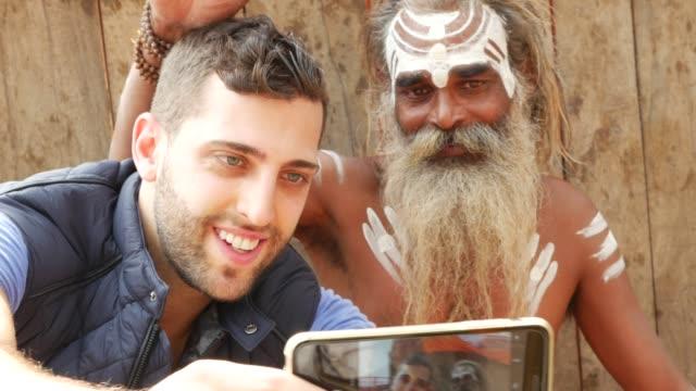 Turista-tomando-una-selfie-con-Sadhu---hombre-santo-en-Varanasi-India