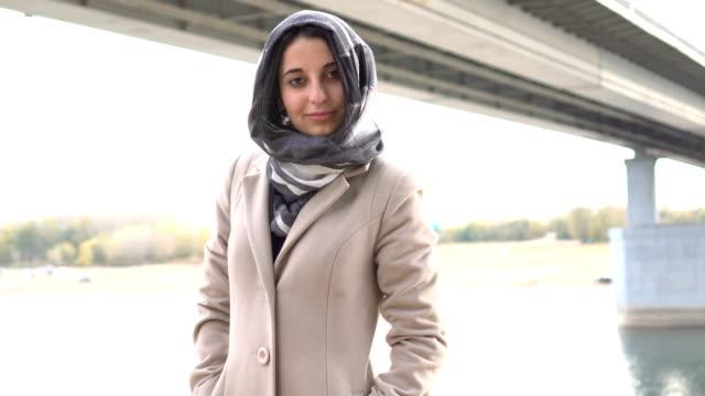 Porträt-von-eine-Brünette-muslimische-Mädchen-im-freien