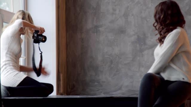 Schöne-junge-Fotomodel-posiert-für-weibliche-Fotografen-beim-Fotografieren-im-studio