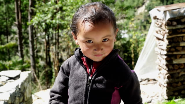 Himalayan-children-in-the-mountain-village