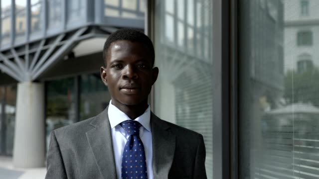 portarit-of-Succesful-attractive-young-american-african-business-man-looking-at-camera