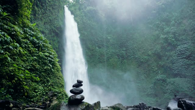 Cascada-y-piedras-en-Bali-Indonesia-Bosque-y-cascada-en-isla-tropical