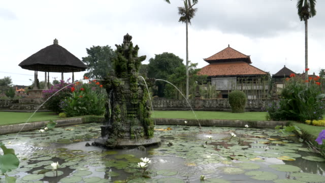 fuente-en-los-jardines-del-templo-de-taman-ayun