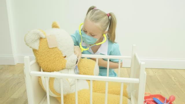 Muchacha-de-enfermería-su-oso-de-peluche