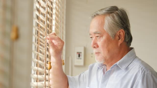 Senior-Hombre-mirando-al-exterior-con-aburrido-emoción-Concepto-de-familia-estilo-de-vida-superior-