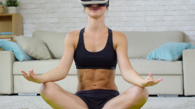 Mujer-en-gafas-VR-relajantes-con-meditación