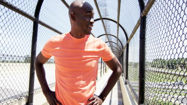Joven-varón-afroamericano-sano-mantener-ajuste-al-aire-libre