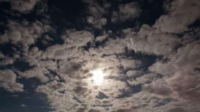 Un-lapso-de-tiempo-tiro-de-la-luna-en-una-Noche-nublada