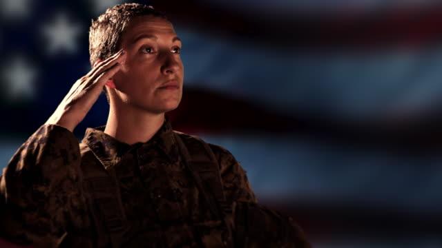 Orgulloso-soldado-militar-saludo-bandera-americana-combate-veterano-fondo