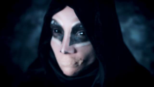 4-k-Halloween-y-Horror-mujer-Alien-mirando-sin-boca-cambiando-de-enfoque