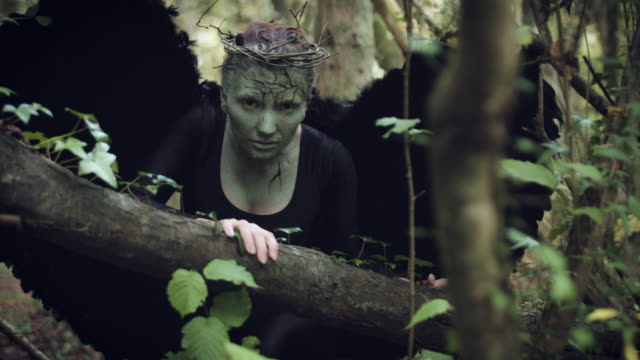 4k-Halloween-mujer-oscura-de-Angel-negro-alas-en-bosque-acercándose-a-cámara