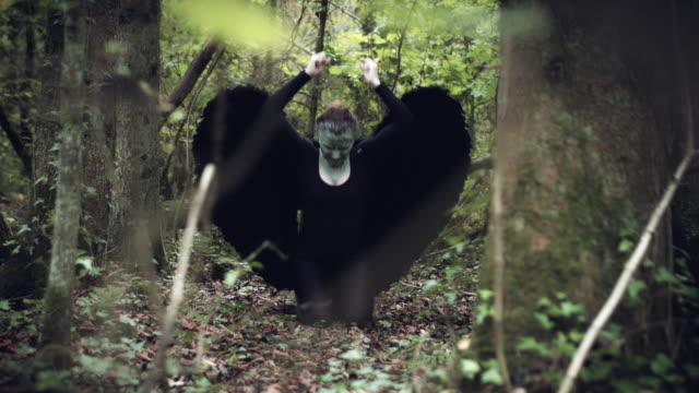 4k-Halloween-mujer-oscura-de-Angel-negro-alas-en-bosque-gritando