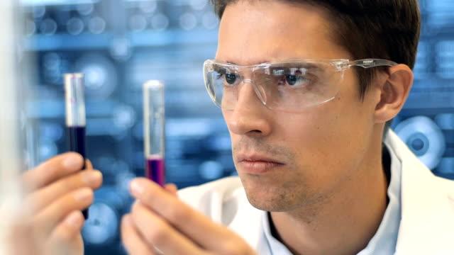 Científico-trabaja-en-el-laboratorio-
