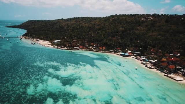 Aguas-cristalinas-zoom-hacia-fuera-para-revelar-Tropical-Island-4K